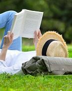 femme lisant allongée dans l'herbe