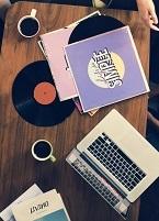 table avec des vinyles et des tasses de café